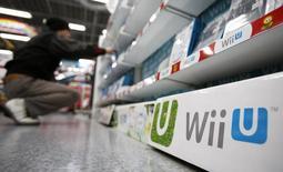 Homem observa jogos para console Wii U da Nintendo em loja de eletrônicos em Tóquio, 20 de janeiro de 2014. A Nintendo provavelmente estará relutante em fazer mudanças radicais, como permitir que os seus jogos sejam jogados em dispositivos dos rivais, uma vez que lida com vendas fracas de seu console Wii U, o que a obrigou a reduzir suas perspectivas e levou à queda de suas ações. 20/01/2014 REUTERS/Yuya Shino