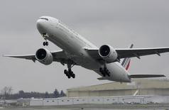 Air France-KLM perd 4,3% vers 14h00, quand le CAC 40, lui, varie peu (-0,1%). UBS a abaissé sa recommandation d'achat à neutre avec un objectif de cours ramené de 10 à 8,7 euros. /Photo d'archives/REUTERS/Marcus R Donner