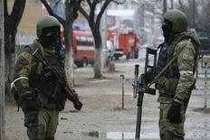 Membros das forças especiais russas montam guarda durante uma operação contra suspeitos de serem militantes em Makhachkala. Diante das preocupações sobre a possibilidade de atentados extremistas durante os Jogos Olímpicos de Inverno de Sochi, na Rússia, autoridades militares e de inteligência dos Estados Unidos têm estudado planos para o caso de terem de retirar norte-americanos dos Jogos. 20/01/2014 REUTERS/Stringer