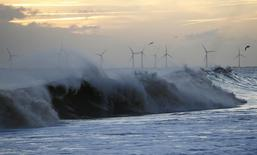 Areva et l'espagnol Gamesa sont en négociations exclusives en vue de créer une coentreprise à parité dans le secteur des éoliennes en mer. /Photo d'archives/REUTERS/Darren Staples
