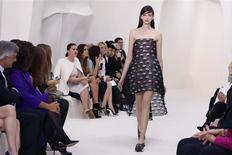 """Défilé de Dior haute couture pour le printemps-été 2014 lundi à Paris. Alors que nombre de griffes comme Louis Vuitton ou Gucci ont vu leur croissance marquer le pas, Dior a signé une """"très bonne année"""" en haute couture, y compris en Chine, et a profité d'un rajeunissement de sa clientèle, selon son PDG. /Photo prise le 20 janvier 2014/REUTERS/Gonzalo Fuentes"""