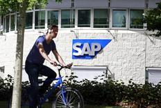"""Des investissements additionnels dans son activité de """"cloud"""" - l'informatique dématérialisée - ont amené l'éditeur allemand de logiciels, SAP, à reporter à 2017 son objectif de marge opérationnelle initialement retenu pour 2015. /Photo d'archives/REUTERS/Cathal McNaughton"""