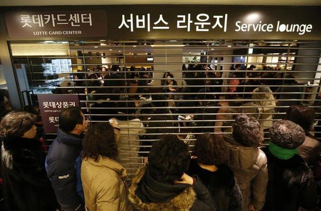 1月21日、韓国で、1億人分を超えるクレジットカードや銀行口座に関する個人情報が盗まれていたことが分かり、クレジットカード会社に対する怒りや訴訟の動きが高まっている。写真はロッテカードの再発行を求める人たち。ソウルで撮影(2014年 ロイター/Kim Hong-Ji)