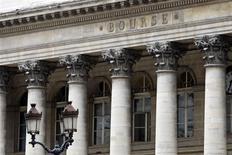 Les Bourses européennes évoluaient à un nouveau pic de cinq ans et demi mardi à la mi-séance, portées comme les places asiatiques par la décision inattendue de la banque centrale de Chine d'injecter 255 milliards de yuans (31 milliards d'euros) sur les marchés interbancaires pour endiguer les hausse des taux monétaires. À Paris, le CAC 40 avançait de 0,39% vers 12h50. /Photo d'archives/REUTERS/Charles Platiau