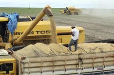 Un camión siendo cargado con granos de soja en Primavera do Leste, Brasil, feb 7 2013. La economía de Brasil crecerá un 2,3 por ciento este año, dijo el martes el Fondo Monetario Internacional, 0,2 puntos porcentuales menos de lo que había estimado previamente el organismo con sede en Washington. REUTERS/Paulo Whitaker