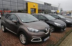 """Renault a enregistré un rebond de 3,1% de ses ventes mondiales en 2013 à la faveur d'un redressement en Europe et d'une performance toujours solide dans le reste du monde, tirée notamment par la gamme """"low cost"""" du groupe. /Photo prise le 21 janvier 2014/REUTERS/Vincent Kessler"""