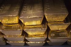 Unas barras de oro de 24 quilates en la planta de acuñaje West Point en West Point, EEUU, jun 5 2013. El oro se mantendría el 2014 en torno a los niveles actuales de 1.250 dólares la onza, aunque los inversores que esperaban un repunte tras la caída de un 28 por ciento del año pasado podrían sufrir una decepción, mostró un sondeo de Reuters. REUTERS/Shannon Stapleton