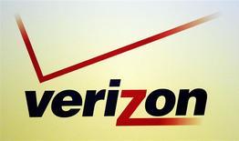 El logo de Verizon expuesto durante la conferencia y exposición International CTIA WIRELESS en Nueva Orleans, EEUU, mayo 9 2012. Verizon Communications Inc dijo el martes que sus ingresos trimestrales se elevaron un 3,4 por ciento, ligeramente por encima de las estimaciones de Wall Street, ya que sumó más suscriptores de lo esperado en su emprendimiento conjunto Verizon Wireless con Vodafone Group Plc. REUTERS/Sean Gardner