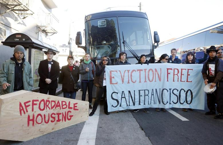 Protesters block a bus full of Apple employees during a protest against rising costs of living in San Francisco, California, December 20, 2013. REUTERS/Beck Diefenbach