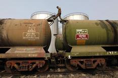 Рабочий проверяет цистерны на нефтяном терминале на окраине Калькутты 27 ноября 2013 года. Цены на нефть растут за счет прогнозов, предсказывающих ускорение роста мирового потребления нефти и мировой экономики в этом году. REUTERS/Rupak De Chowdhuri