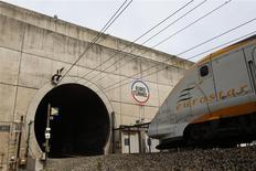 Le chiffre d'affaires d'Eurotunnel a augmenté de 12% en 2013 à un niveau record de 1,092 milliard d'euros. Le trafic des trains Eurostar a augmenté de 2% l'an dernier pour franchir pour la première fois la barre des dix millions de passagers, à 10,13 millions. /Photo d'archives/REUTERS/Pascal Rossignol