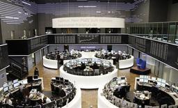 Les principales Bourses européennes ont ouvert dans le vert mercredi. L'indice paneuropéen FTSEurofirst 300, monté la veille à un nouveau plus haut en cinq ans et demi, gagne encore 0,41% après un quart d'heures d'échanges. Le CAC 40 prend 0,49% et le Dax allemand 0,28%. /Photo prise le 21 janvier 2014/REUTERS/Remote