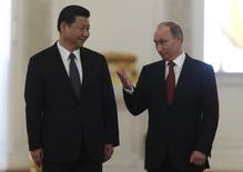 Президент России Владимир Путин и председатель КНР Си Цзиньпин на встрече в Москве 22 марта 2013 года. Газпром и Китай планируют подписать контракт на поставку российского газа в мае во время визита президента РФ Владимира Путина в Китай, сообщил российский концерн. REUTERS/Sergei Karpukhin