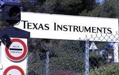 Texas Instruments prévoit de supprimer 1.100 postes à l'échelle mondiale dans le cadre d'un plan de restructuration par lequel il entend réduire ses coûts de 130 millions de dollars d'ici 2014. Le groupe a annoncé une hausse de son chiffre d'affaires à 3,03 milliards de dollars, contre 2,98 milliards de dollars un an auparavant. /Photo d'archives/REUTERS/Eric Gaillard