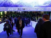Unos participantes en el Foro Económico Mundial en Davos, Suiza, ene 22 2014. El riesgo de un giro a la derecha en las elecciones al Parlamento Europeo en mayo preocupa a los principales ejecutivos del mundo, que temen que los comicios hagan al bloque más difícil de gobernar justo cuando quieren que emprenda reformas. REUTERS/Ruben Sprich