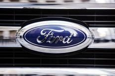 Ford annonce un accord avec deux des plus prestigieuses universités américaines afin de lancer des programmes de recherche sur les technologies de conduite automatique. Le constructeur prévoit de développer d'ici 2025 des voitures entièrement autonomes capables de communiquer entre elles. /Photo prise le 13 janvier 2014/REUTERS/Lucas Jackson
