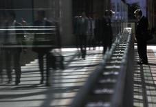 Dans un quartier d'affaires à Tokyo. Le sentiment de confiance s'est accentué en janvier pour le troisième mois d'affilée dans les entreprises japonaises, mais il risque de se détériorer sous peu avec l'entrée en vigueur en avril d'une hausse de la TVA. /Photo d'archives/REUTERS/Yuya Shino