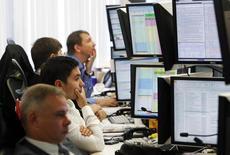Трейдеры в торговом зале Тройки Диалог в Москве 26 сентября 2011 года. Российские фондовые индексы начали торги четверга около сложившихся уровней, а РДР Русала корректируются после двухдневного роста. REUTERS/Denis Sinyakov