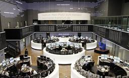 Трейдеры на торгах фондовой биржи во Франкфурте-на-Майне 21 января 2014 года. Европейские фондовые рынки разнонаправленны на фоне противоречивой макроэкономической статистики и квартальных отчетов компаний. REUTERS/Remote/Stringer