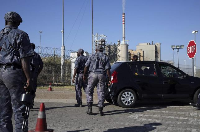 Armed security officers search cars outside the Lonmin mine in Rustenburg, northwest of Johannesburg January 23, 2014. REUTERS/Siphiwe Sibeko