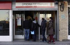 Devant une agence pour l'emploi à Madrid. Le taux de chômage en Espagne, déjà l'un des plus élevés de l'Union européenne, a encore augmenté au quatrième trimestre 2013, s'établissant à 26,03% contre 25,98% au troisième trimestre, rappelant l'ampleur des défis auxquels le pays reste confronté en dépit d'une fragile reprise économique. /Photo prise le 23 janvier 2014/REUTERS/Andrea Comas