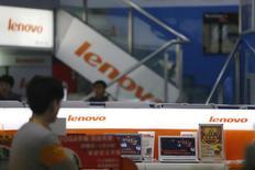 Мужчина проходит мимо магазина Lenovo в Шанхае 21 января 2014 года. Крупнейший производитель персональных компьютеров в мире Lenovo Group Ltd договорилась о покупке серверного подразделения IBM Corp за $2,3 миллиарда. REUTERS/Aly Song