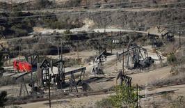 Буровые установки в Лос-Анджелесе 11 декабря 2013 года. Цены на нефть снижаются под давлением слабых экономических показателей США и Китая - крупнейших потребителей нефти. REUTERS/Mario Anzuoni