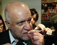 Ministro do Petróleo do Irã, Bijan Zanganeh, fala com jornalistas ao chegar para reunião da Opec, em Viena. O Irã terá um novo e atrativo modelo de investimentos para os contratos de petróleo até setembro, à medida que busca recuperar negócios com o Ocidente, disseram o presidente iraniano e o ministro do Petróleo do país a alguns dos mais importantes executivos de petróleo do mundo em um encontro histórico em Davos, na Suíça. 3/12/2013. REUTERS/Heinz-Peter Bader