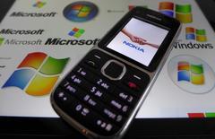 Nokia annonce une chute de 22% sur un an du chiffre d'affaires de sa filiale d'équipements de réseaux au quatrième trimestre, ce qui met en avant les difficultés auxquelles le groupe sera confronté une fois bouclée la vente à Microsoft de ses téléphones portables. /Photo d'archives/REUTERS/Kai Pfaffenbach