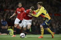 Manchester United's Adnan Januzaj (C) challenges Sunderland's Marcos Alonso during their English League Cup semi-final second leg soccer match at Old Trafford in Manchester, northern England January 22, 2014. REUTERS/Nigel Roddis