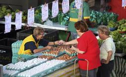 """Consumidores compram ovos em um mercado em São Paulo. O Banco Central avaliou que a inflação tem mostrado uma resistência """"ligeiramente acima"""" do que se esperava e piorou seu cenário para a alta dos preços neste ano, preparando o caminho para manter o atual ritmo de aperto monetário no curto prazo. 28/04/2013 BRAZIL-INFLATION/REUTERS/Paulo Whitaker"""