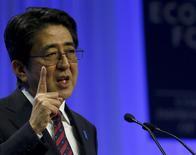El primer ministro japonés, Shinzo Abe, en el Foro Económico Mundial en Davos, ene 22 2014. Abe dijo que Japón y China deberían evitar repetir los errores pasados de Gran Bretaña y Alemania, que se enfrentaron en la Primera Guerra Mundial pese a sus fuertes lazos económicos, según su principal portavoz en Tokio. REUTERS/Denis Balibouse