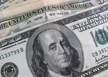 Un billete de 100 dólares. La Casa Blanca presentará el 4 de marzo el presupuesto del presidente Barack Obama para el año fiscal 2015, dijo el jueves un portavoz de la Oficina de Administración y Presupuesto. REUTERS/Sam Mircovich