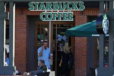 Starbucks a fait état jeudi d'un ralentissement plus marqué que prévu de la croissance trimestrielle des ventes de ses cafés ouverts depuis plus d'un an dans la région Amériques, ce qui n'a toutefois pas empêché la première chaîne mondiale du secteur de relever sa prévisions annuelles. /Photo prise le 13 novembre 2013/REUTERS/Mike Blake