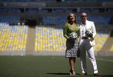 A cantora Claudia Leitte e o rapper norte-americano Pitbull posam para foto no estádio do Maracanã, no Rio de Janeiro, nesta quinta-feira. 23/01/2014 REUTERS/Ricardo Moraes