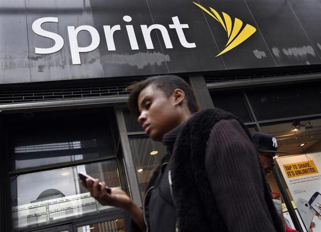 1月23日、ソフトバンク傘下の米携帯電話サービス3位のスプリントは、第4・四半期に1億6500万ドルの人員削減関連費用を計上すると発表。写真はニューヨーク市内のスプリントのショップ前で2012年10月撮影(2014年 ロイター/Brendan McDermid)