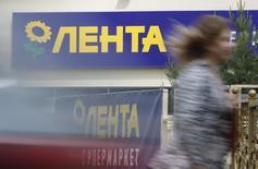 Женщина проходит мимо супермаркета Лента в Москве 29 мая 2013 года. Российская сеть гипермаркетов Лента, частично принадлежащая американской частной инвестиционной компании TPG и ВТБ Капиталу, близка к проведению IPO объемом от $1 миллиарда, сказали Рейтер два источника в финансовых кругах. REUTERS/Maxim Shemetov