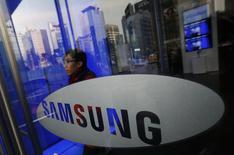 Si le bénéfice d'exploitation de Samsung a reculé de 6% en rythme annuel sur les trois derniers mois de 2013 en raison notamment du versement de primes exceptionnelles, les analystes s'inquiètent d'abord du ralentissement de l'activité smartphones. /Photo prise le 6 janvier 2014/ REUTERS/Kim Hong-Ji