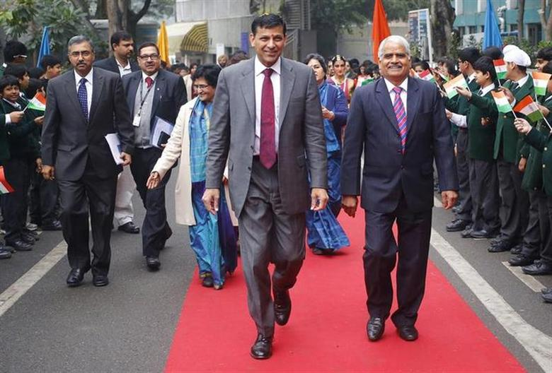Reserve Bank of India (RBI) Governor Raghuram Rajan (C) arrives to attend an event in a school in New Delhi January 23, 2014. REUTERS/Anindito Mukherjee