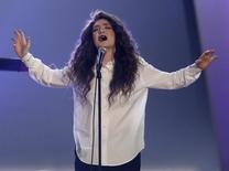 """Lorde canta """"Royals"""" no show das nomeações aos Grammy em Los Angeles. Ganhar o Grammy pode ser o objetivo deste domingo, mas ter a chance de se apresentar na cerimônia anual de premiação para dezenas de milhões de espectadores de TV de todo o mundo pode ser o grande impulsionador de carreiras da noite para cantores e músicos promissores. 06/12/2014 REUTERS/Mario Anzuoni"""