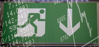 Символ запасного выхода на фоне показателей биржи во Франкфурте-на-Майне 17 октября 2013 года. Центробанки развивающихся стран вышли на валютные рынки в пятницу, чтобы попытаться стабилизировать валюты, которые быстро обесцениваются в результате распродаж. REUTERS/Kai Pfaffenbach