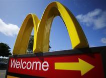 Un local de la cadena McDonald's en Del Mar, EEUU, abr 16 2013. Los manifestantes han aprovechado una campaña de publicidad en internet dirigida por McDonald's para mostrar su ira con el tratamiento a los homosexuales en Rusia, que organiza los Juegos Olímpicos de invierno de Sochi. REUTERS/Mike Blake/Files