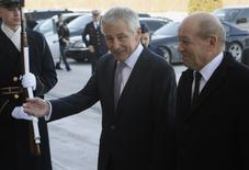 U.S. Secretary of Defense Chuck Hagel (L) welcomes French Minister of Defense Jean-Yves Le Drian before their meeting at the Pentagon in Washington, January 24, 2014. REUTERS/Yuri Gripas