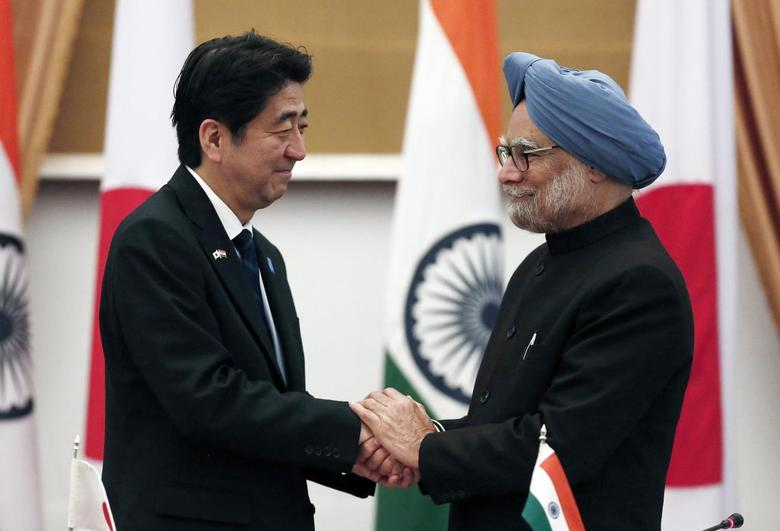 Japan's Prime Minister Shinzo Abe (L) and his Indian counterpart Manmohan Singh shake hands after addressing the media at Hyderabad House in New Delhi January 25, 2014. REUTERS/Adnan Abidi