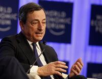 El presidente del Banco Central Europeo (BCE), Mario Draghi, asiste a una sesión en la reunión anual del Foro Económico Mundial en Davos, Suiza. 24 de enero, 2014. REUTERS/Ruben Sprich