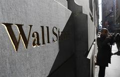 Wall Street s'apprête à poursuivre son recul cette semaine où la Réserve fédérale doit annoncer une nouvelle réduction du rythme de ses injections de liquidités, dans un contexte déjà fragilisé par l'accès de défiance vis-à-vis des marchés émergents. /Photo d'archives/REUTERS/Brendan McDermid