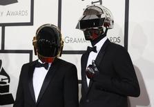"""Daft Punk перед началом 56-й церемонии """"Грэмми"""" в Лос-Анджелесе 26 января 2014 года. Французские диджеи Daft Punk и юная новозеландская певица Лорд завоевали главные награды """"Грэмми"""", а сама церемония запомнилась не только вручением золотых граммофонов, но и признанием равных прав желающих вступить в брачный союз. REUTERS/Danny Moloshok"""