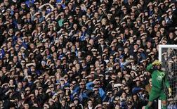 """Голкипер """"Эвертона"""" Тим Ховард прячет глаза от солцна во время матча чемпионата Англии против """"Тоттенхэма"""" в Ливерпуле 3 ноября 2013 года. REUTERS/Phil Noble"""