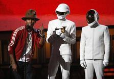 """Pharrell Williams aceita o prêmio de álbum do ano em nome da dupla Daft Punk por """"Get Lucky"""", durante o 56º Prêmio Grammy, em Los Angeles, Califórnia. Duas atrações pouco convencionais, a música eletrônica francesa do Daft Punk e a adolescente da Nova Zelândia Lorde, levaram para casa os principais prêmios do Grammy na noite de domingo, numa festa que premiou robôs e novatos e reconheceu o direito de todas as pessoas ao casamento. 26/01/2014. REUTERS/Mario Anzuoni"""
