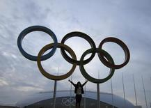 Mulher tira foto com os anéis olímpicos em frente ao Domo de Gelo Bolshoy, no Parque Olímpico, em Sochi. O prefeito de Sochi, a cidade russa sede da Olimpíada de Inverno que começa em fevereiro, disse que a homossexualidade não é aceita na região do Cáucaso, mas que os visitantes gays são bem-vindos aos Jogos se respeitarem as leis russas. 26/01/2014. REUTERS/Gary Hershorn